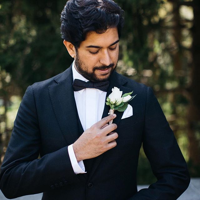 We loved this groom's classic tuxedo and casual elegance! | Jennifer van Son Photography #graydonhallmanor #torontoweddingphotographer