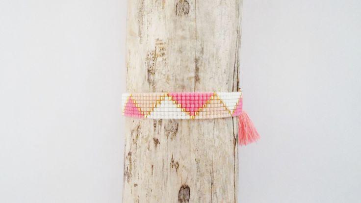 Le bracelet pompon rose et perles Miyuki Delicas 11/0 tissées sur 7 rangs nude, or, rose et blanc