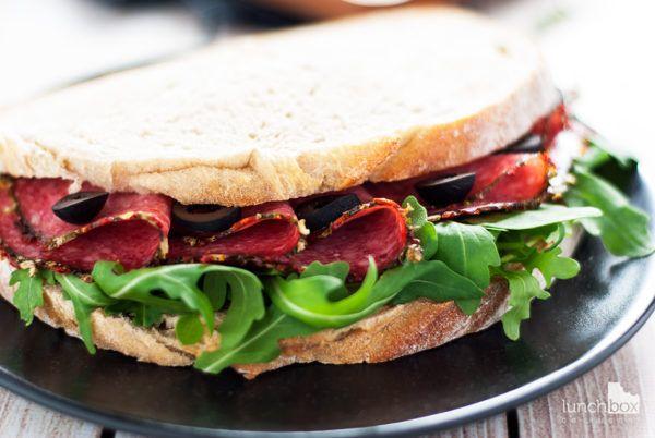 Kanapka z salami, rukolą i oliwkami