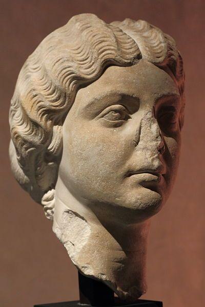 ruimtelijk portret, door uit een stuk steen te houwen heeft de kunstenaar een 3D hoofd gemaakt