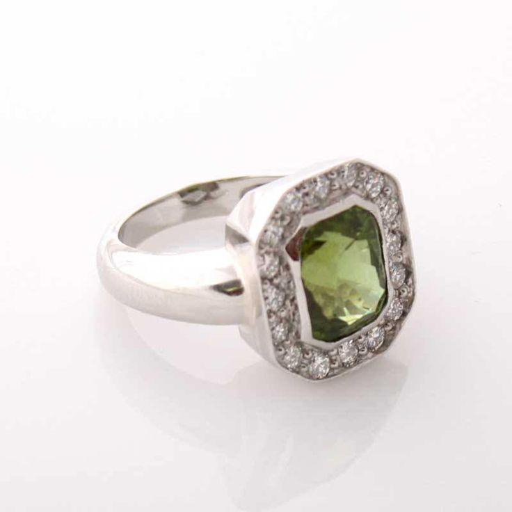 Näyttävä peridootti sormus, jonka runko on platinaa ja kehyksessä timantteja. Tilaustyö. www.au-holmberg.fi
