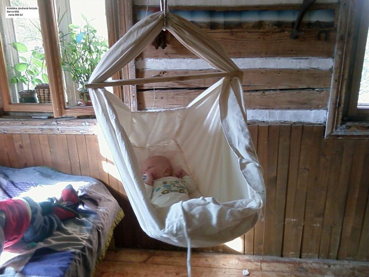 závěsná kolébka - hnízdo - Ráda bych vám představila a doporučila tuto kolébku.Z vlastní zkušenosti vím, že ji děti zbožňují a krásně se jim v ní usíná. Můj 14 měsíční syn si v ní přez den ještě rád schrupne, i když ji už mám těsně nad zemí, jelikož po probuzení vylézá. Materiál bavlna/ len, dřevo BARVA NENÍ ČISTĚ BÍLÁ, ODSTÍN SLONOVÁ ...
