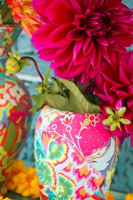 flores, y jarrones en colores turquesa, amarillo y violeta