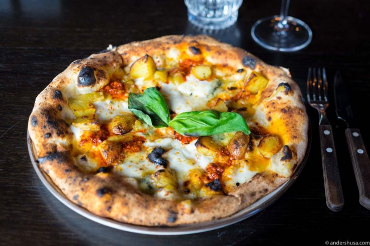 Discover a casual Italian eatery with Nordic influences, located on the waterfront in Vågen. Villa 22 Trattoria & Bar has one of the city's best pizzas.