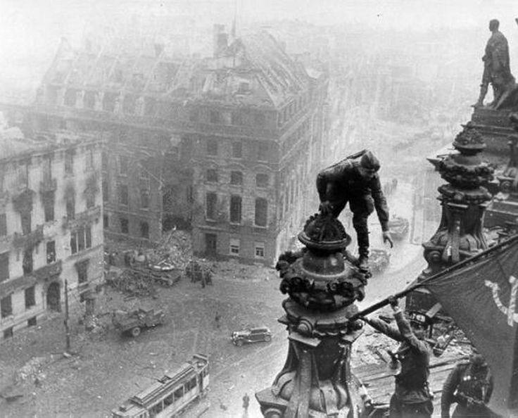 1945. A szovjet zászló kitűzését a Reichstagra már rengetegszer láthattuk. Itt egy fotó néhány másodperccel előbbről