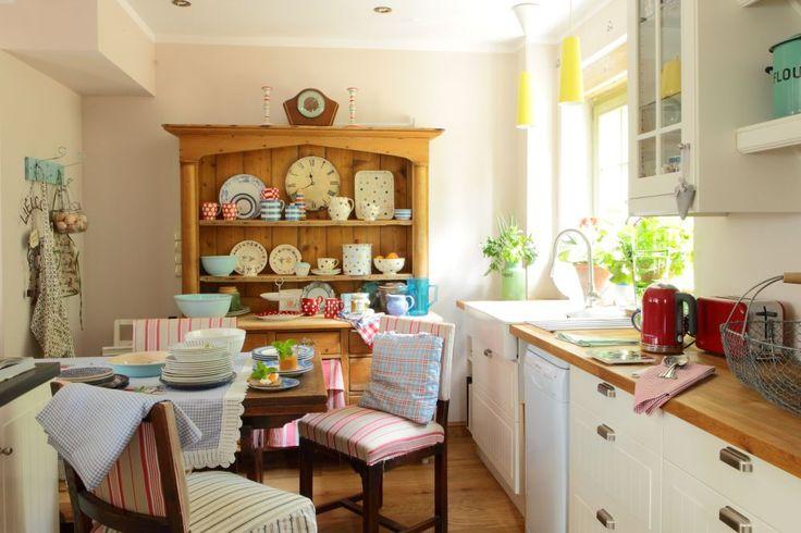 A może zamiast nowoczesnej aranżacji kuchni, połączonej z salonem warto wybrać, jak w starych domach, obszerną kuchnię z miejscem do jedzenia