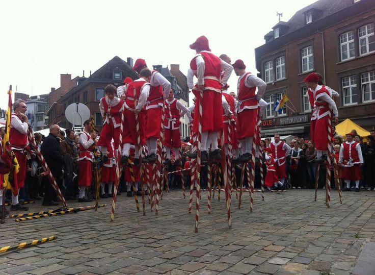 Fêtes de Wallonie à Namur : les combats d'echasseurs. Festival of Wallonia in Namur