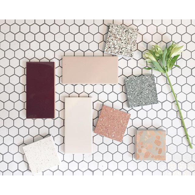 Vi elsker smukke fliser, kig forbi vores showroom og se hvilket design der passer bedst til dit badeværelse🌿. #tiles #aquadomo_dk #bathroom #inspiration #timelessbathrooms