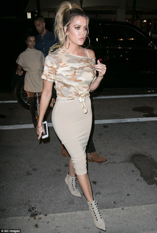 Khloe Kardashian looks booty-ful while Kourtney flashes her underwear – #booty #…