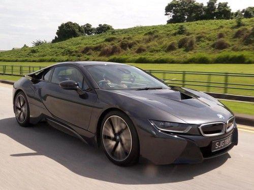Menunggangi BMW i8 nan Futuristik di Singapura