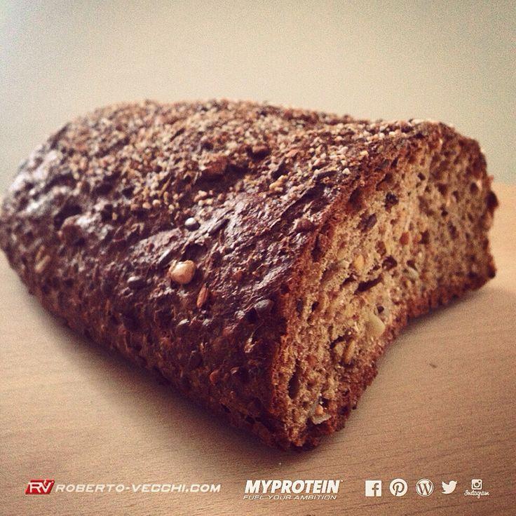 PANE LOW CARB  INGREDIENTI : acqua, miscela di proteine (grano, soia, lupini), granaglie di soia, semi di lino, semi di girasole, farina di soia e di grano integrale, crusca di frumento, fibra di mela, lievito, sesamo, sale, farina di malto d'orzo tostato. VALORI NUTRIZIONALI: per 100 g - energia:  1174 kj/282 kcal - proteine:  26.5 gr. - grassi:  14,5 gr. - di cui saturi:  1,9 gr. - carboidrati:  4,9 gr. - di cui zuccheri: 1,6 gr. - fibre:  13.3 gr. - sodio:  0,5 gr. www.roberto-vecchi.com