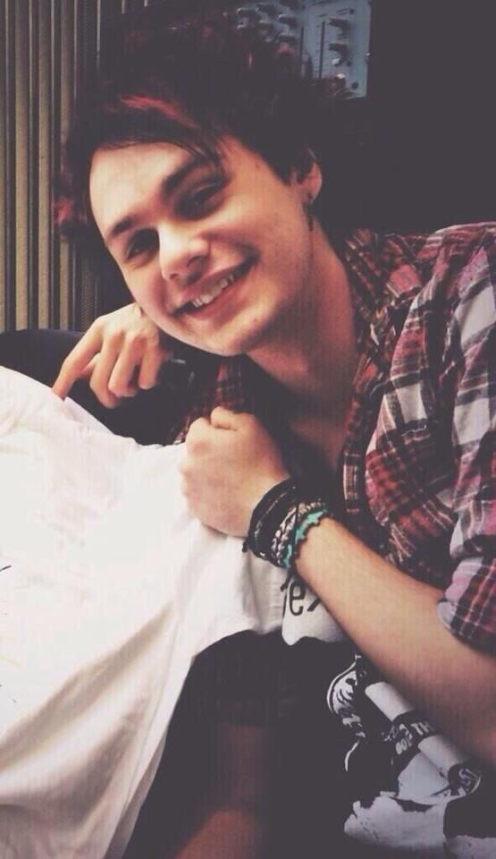 Michael Clifford Is so attractive !!!!!!!!!! He's so cute I want him !!!!