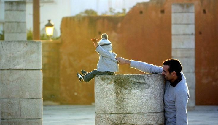 ☺ Père et fils | Cette photo, prise à Rabat, capture un beau moment entre père et fils. | Photo:ZL-Photography