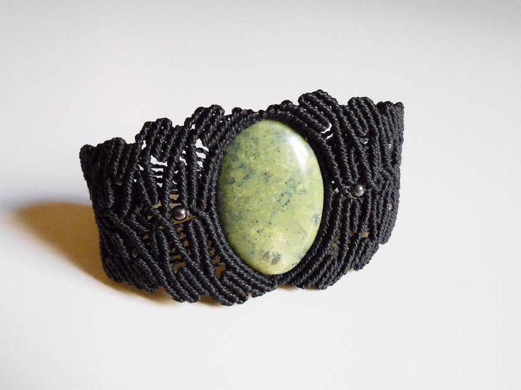 Pulsera macramé negra con piedra serpentina engarzada, brazalete negro con piedra oval semipreciosa de CaiMonkeyCrafts en Etsy