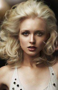 Стрижка для тонких волос средней длины оттенка блонд, уложенная в локоны, создаст гармоничный образ в сочетании с макияжем глаз в коричневой гамме для теплого цветотипа внешности