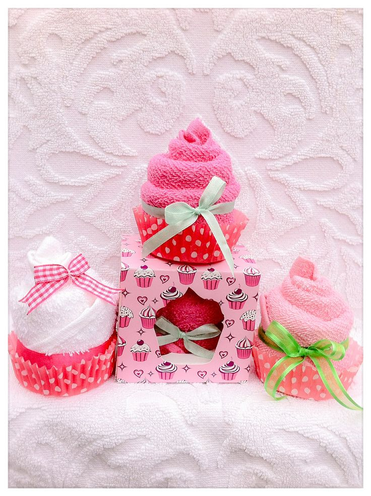 Cupcake van spuugdoekjes in mooi doosje. Kraamcadeau meisje of Zwangerschapscadeau voor moeder. Cupcake of washclothes Baby Shower gift girl. Info: https://joleenskraamcadeaus.wix.com/kraamcadeau#!product/prd1/1914627545/cupcake-in-doosje