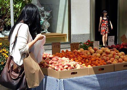 New York City: il meglio del cibo biologico (Caitlin Zaino, autrice Lonely Planet). Un banchetto di frutta al Rockefeller Center © Fotografia di Cristina Parrino