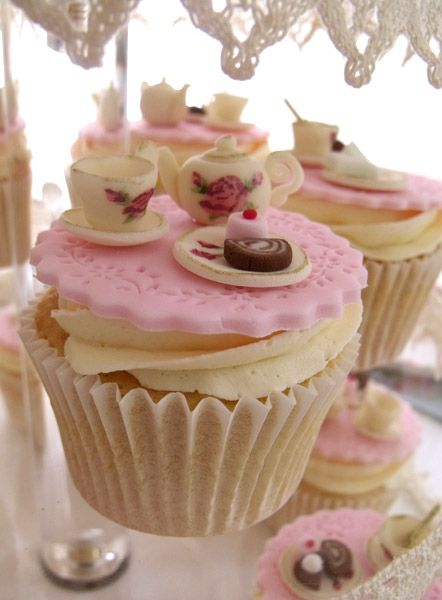 Cupcakes met een theepot en theekopje. Wat ontzettend leuk. Past geweldig bij dit thema voor jullie bruiloft.