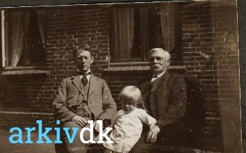 arkiv.dk | Jørgen Jepsen Slivsgaard(1860-1938) overdyrlæge Storegade 7, med sønnen Peter og et barnebarn ?