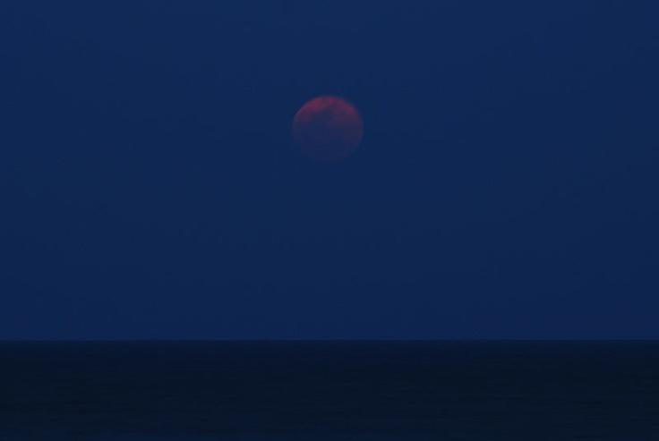 2012年5月6日の満月、スーパームーン。  この日の昼過ぎに最接近したお月様。   こちら沖縄での月出時刻は7時20分頃。   少し遅れて、じんわりとしみ出してきたお月様です。
