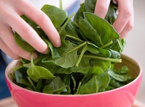 Cómo congelar espinacas. Congelar las verduras es una excelente forma de poder disfrutarlas en cualquier momento sin la necesidad de preocuparnos porque se deterioren. Aunque siempre es preferible consumir las espinacas fresc...