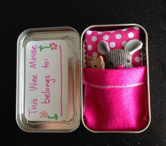Etsy の Wee Mouse in a Tin House by jleahc