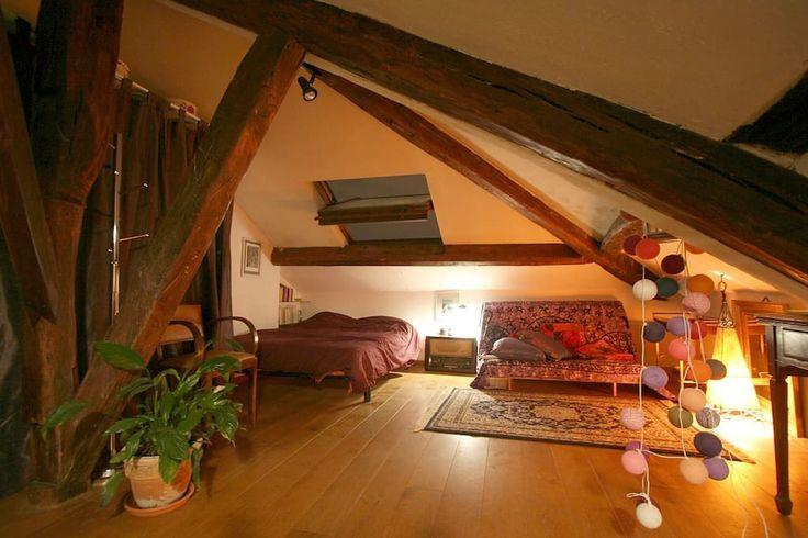 Bekijk deze fantastische advertentie op Airbnb: La Mansarde des Artistes Montmartre - Appartementen te Huur in Parijs