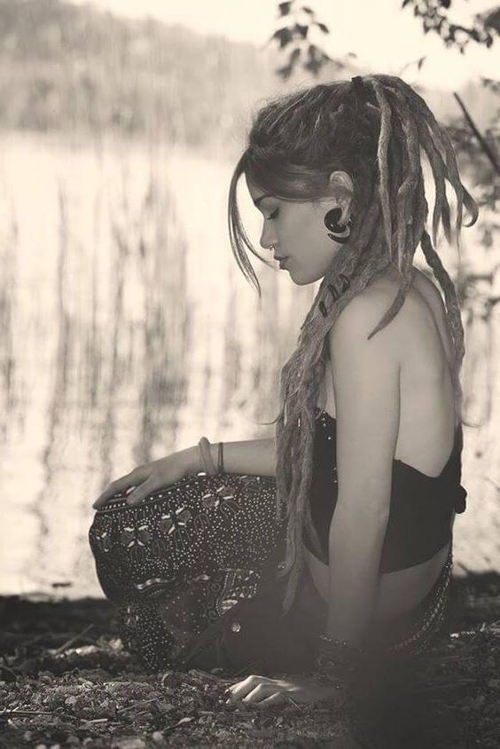 Chica rubia con rastas