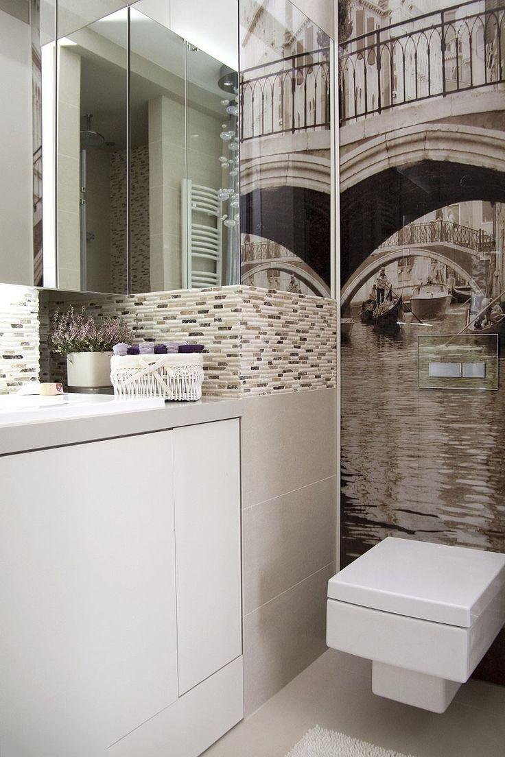 55 Идей Дизайна ванной комнаты 4 кв. м: Лучшие идеи современного интерьера http://happymodern.ru/dizajn-vannoj-komnaty-4-kv-m/ Зеркальные навесные шкафчики и виниловые фотообои как способ зрительно сделать комнату просторнее Смотри больше http://happymodern.ru/dizajn-vannoj-komnaty-4-kv-m/