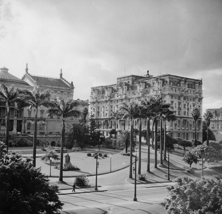 Vale do Anhangabaú com Teatro Municipal ao fundo, 1955 Spencer Griffin/Fox Photos/Hulton Archive / Getty Images 20 fotos lindas da cidade de São Paulo de 1924 a 1980
