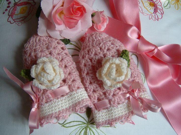Guanti senza dita per bambina eseguiti a mano all'uncinetto con due rose decorative. Crochet bambina, moda romantica e femminile.