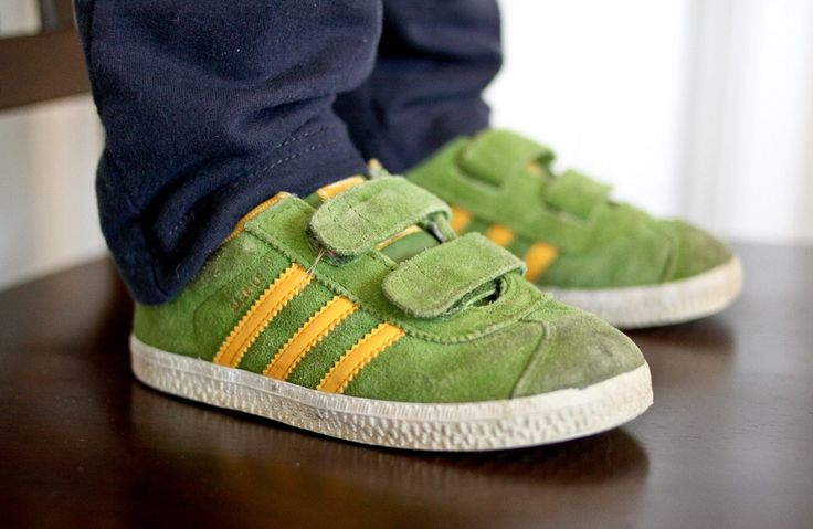 Τα παιδιά περνούν περίπου 30 ώρες την εβδομάδα με τα σχολικά τους παπούτσια. Είναι σημαντικό να τους εφαρμόζουν σωστά, να είναι άνετα και να έχουν επαρκή χώρο ώστε να επιτρέπουν