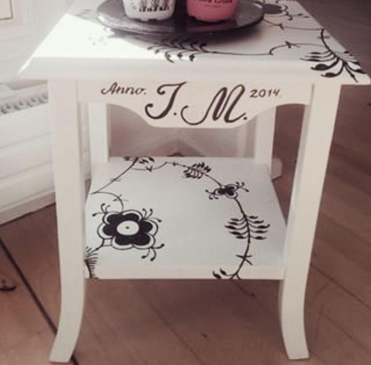 Lille bord med mønster og initialer....
