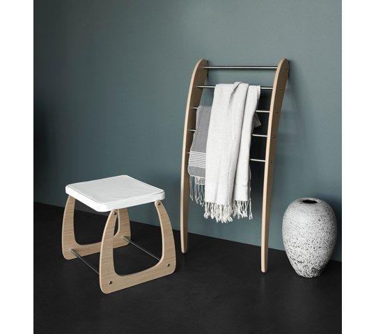 Calidris Mobile er et unikt mobilt møbel, som håndkleholder eller som et ekstra klesstativ.
