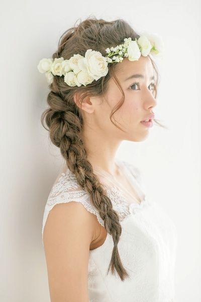 ラフに組んだ花冠はどこかカジュアルな雰囲気を感じさせて/Side|ヘアメイクカタログ|ザ・ウエディング