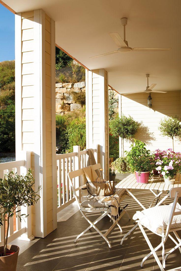 Mesa, banco y sillas de Ikea, cojines de Coton et Bois y ventiladores de Aki.  Una casa de película · ElMueble.com · Casas