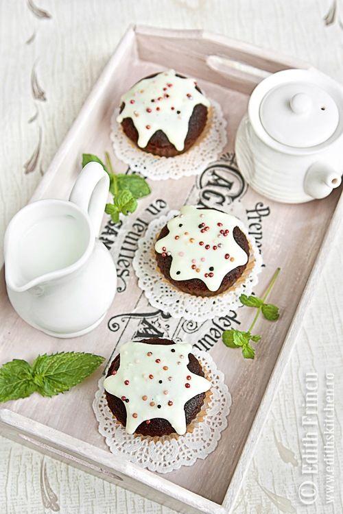 MUFFINS CU CACAO SI GLAZURA DE VANILIE- Cu mana pe inima va spun ca muffins-urile astea sunt unele din dulciurile mele Dukan preferate. Pufoase, aromate, delicioase. Musai sa le incercati. Le-am
