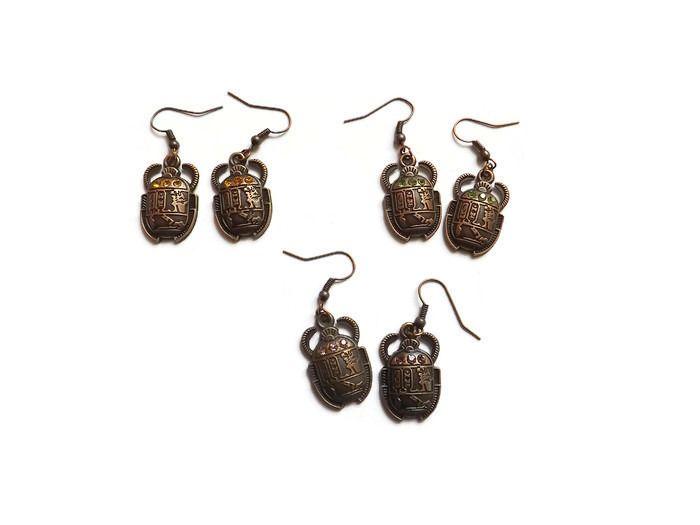 """Une paire de boucles d'oreilles fantaisie scarabée métal cuivre et strass, """"Scarabée sacré"""" : Boucles d'oreille par histoire-de-rouages"""