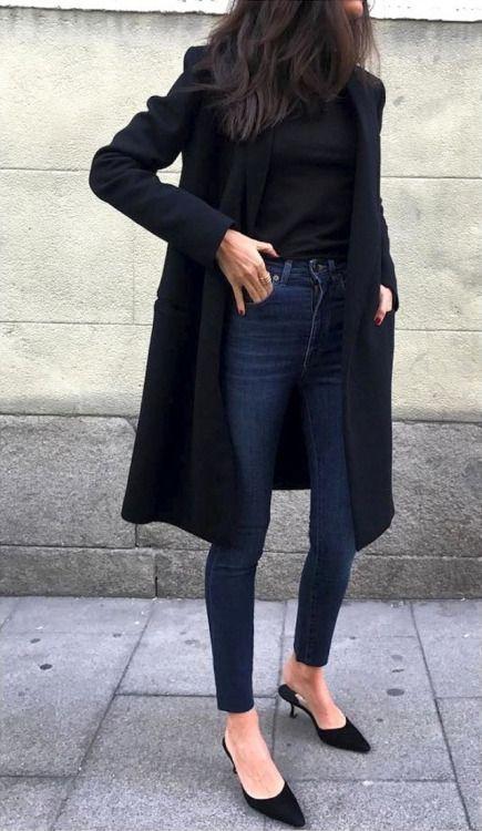 Gosto do preto sobre preto com jeans. Da linha reta do casaco alongado. Se ele for acinturado atrás, melhor ainda. Mas esse pé de fora no frio... nada a ver...