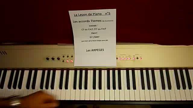 Un peu de théorie avec les arpèges dans ce cinquième cours pour apprendre à jouer du piano ! Votre professeur vous guide tranquillement dans ce cours de musique très efficace.
