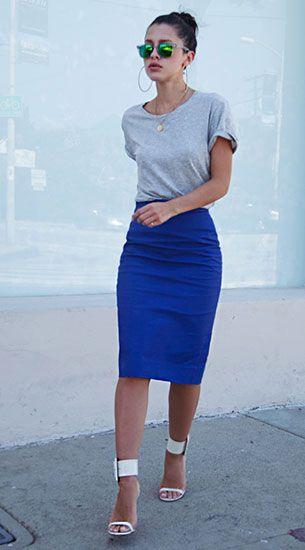 กระโปรงทรงดินสอสีน้ำเงิน J. Crew, เสื้อยืดสีเทา Zara, รองเท้า Gucci, แว่นตากันแดด Carrera