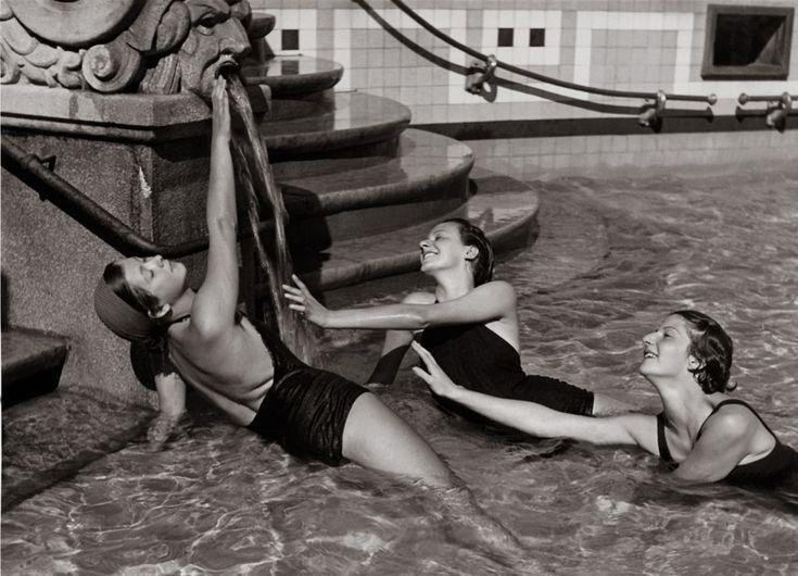 Fotó: Szöllősy Kálmán:  Három fiatal fürdőző nő a Gellért fürdő nyitott medencéje lépcsőjénél, 1930-as évek, 18×24 cm © Magyar Nemzeti Múzeum Történeti Fényképtár szk006.jpg