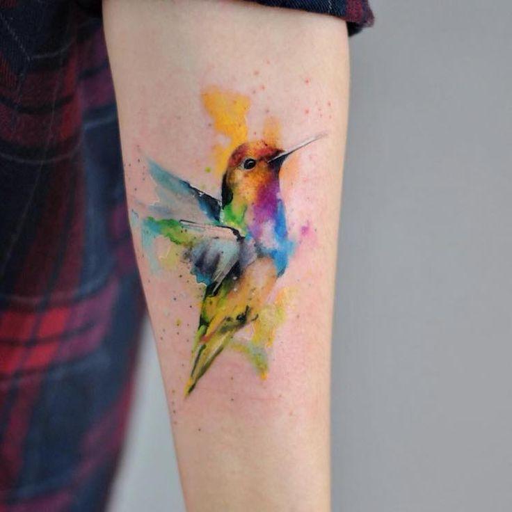 des peintures à l'aquarelle ? Non, des tatouages à la fluidité insouciante que l'on doit à Aleksandra Katsan.