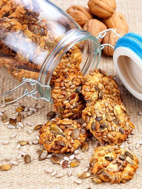 Cookies with nuts and seeds crunchy - Se cercate una ricetta che coniughi il sapore della semplicità e della tradizione con un tocco di salubrità, provate i Biscotti alle noci e semi croccanti! #biscottinocisemicroccanti