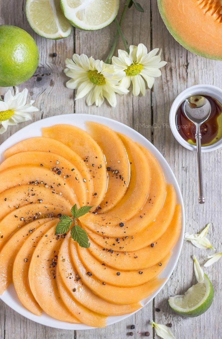 1 melone 1/2 arancia 1/2 lime 1 cucchiaino di salsa di soja 1 cucchaio olio pepe nero in grani  Tagliare il melone in due, svuotarlo dai semi, taglialo a fette e togliere la buccia. Tagliare ogni fetta in fettine fini e sistemarle in due piattini. Pestare il pepe con il batticarne. Emulsionare la salsina unendo olio, salsa di soja, limone e arancia. Condire il melone nei piatti e lasciare in frigo, coperti da pellicola per 15 min. Completare con il pepe e servire subito.