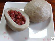 桧枝岐村の山人料理(やもうど)そば粉の皮のなかに、グミの実、山菜、漬物などの季節の具材を包み込んで焼く。