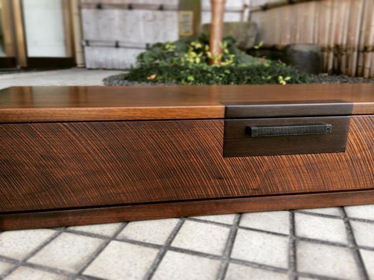 数年前に納品しました。  ウォールナット無垢材を使い、ノコ目の前板と古道具の金具をリメイクしローボードを制作しました。  この世に2つとない家の道具。  大切に使って下さってるとおもいます。  #木工房ひのかわ#三代目#無垢材#ウォールナット#家具#家具工房#オーダー家具#furniture#woodworking #ローボード#woodwork#japanesestories#Lowboard#キャビネット#walnut#japan#cabinet#board#リビング#インテリア#2016年6月16日#九州#木工#八代#熊本#古道具#interior#デザイン#design#テレビボード