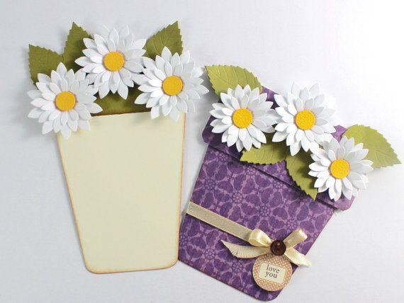 Enviar deseos a través de esta hermosa tarjeta hecha a mano del pote de flor. Esta tarjeta se puede dar en cualquier ocasión. El texto de la etiqueta de la tarjeta se puede cambiar según las opciones dadas.  La tarjeta mide 5 x 6,5  * El bote fue realizado utilizando papel de diseñador. * Las flores y hojas hechas con un troquel máquina de corte y moldean en una estera de artesanía para crear cierta dimensión. * El interior es en blanco, para tu mensaje personal. * Para acabar la tarjeta he…