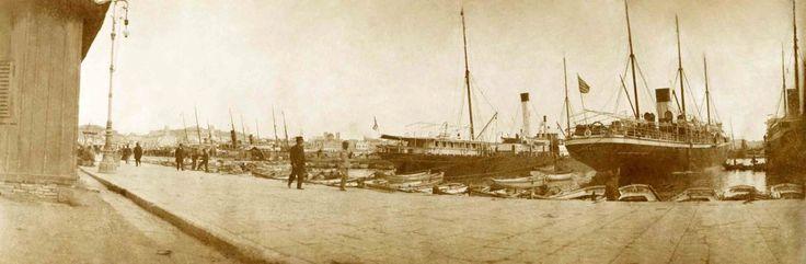 """""""Πανοραμική φωτογραφία της Ακτής Μιαούλη στον Πειραιά στις αρχές του 20ού αιώνα"""" """"A panoramic view of Akti Miaouli in Piraeus at the beginning of the 20th century"""""""