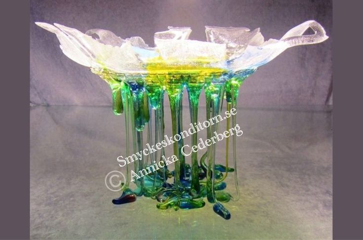 This is my verry first flowmelt. It's about 20 cm high and 22 cm wide. It's called Flower. Glass art.